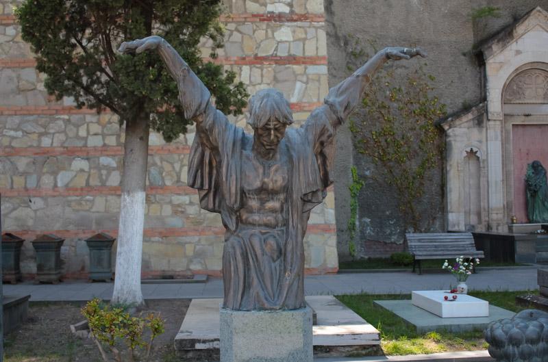 На кладбище много оригинальных надгробных памятников