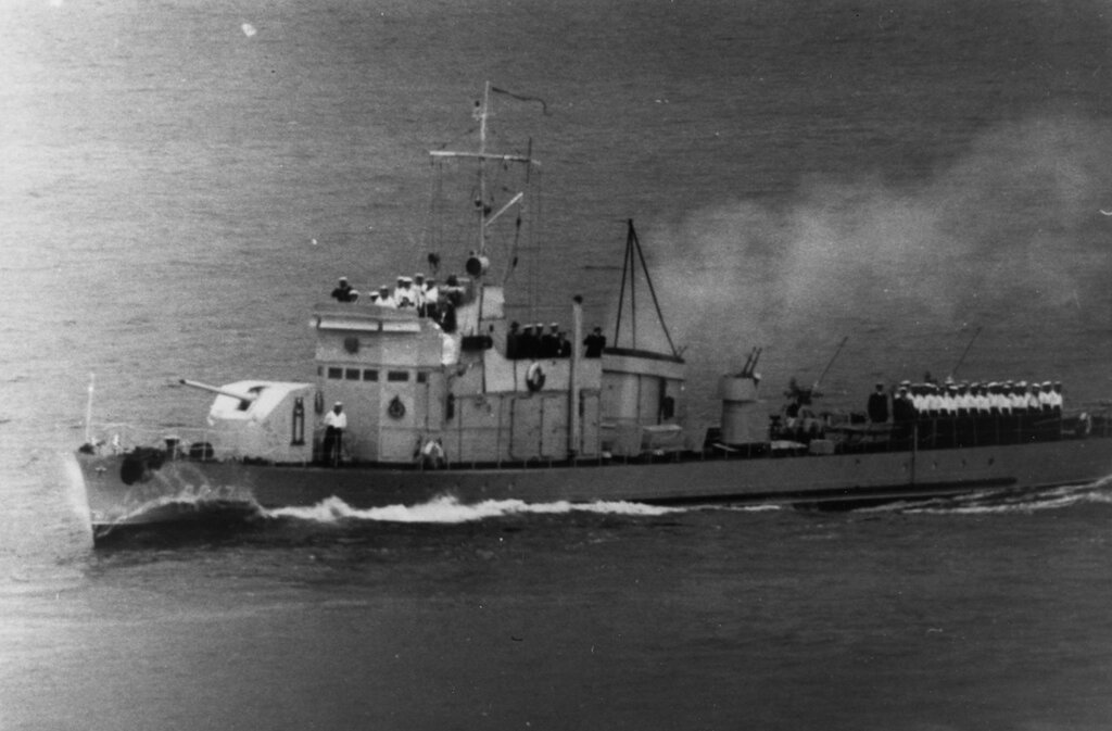 Soviet Artillerist-Class Patrol Vessel, pennant number V-847 (signifying auxiliary status), photographed in the eastern Baltic during 1956.