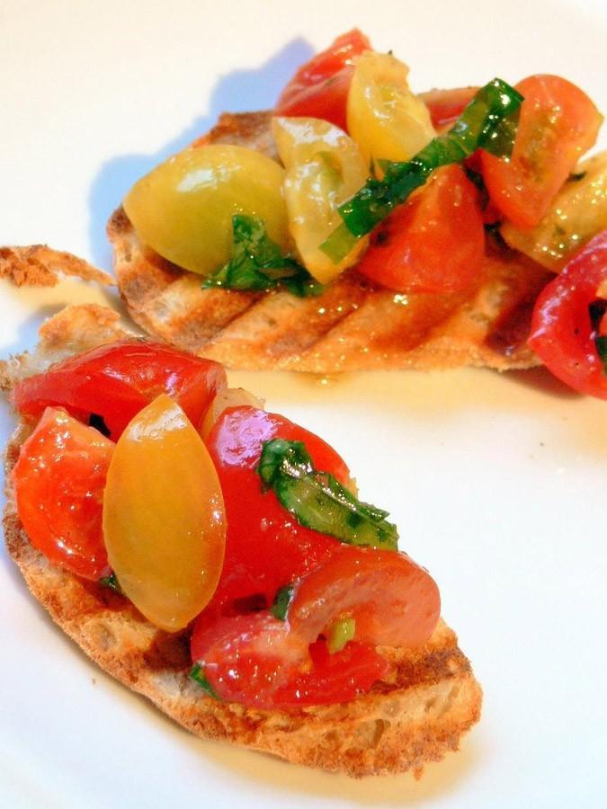 1. Брускетта (итал. bruschetta) - традиционное центрально-итальянское простонародное блюдо, в наше в