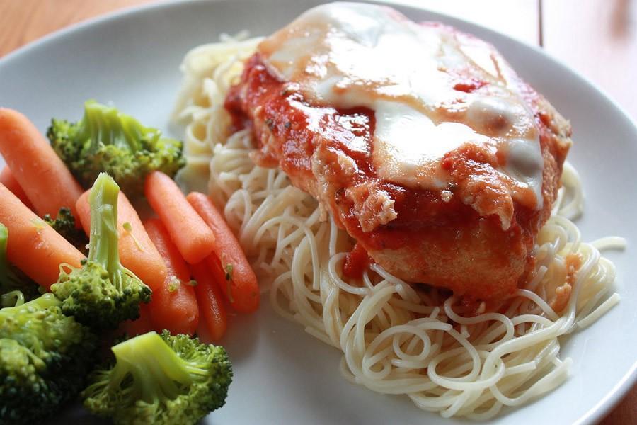 2. Курица Парминьяна - запеченые куриные грудки в томатном соусе с пармезаном. Блюдо популярно в рег