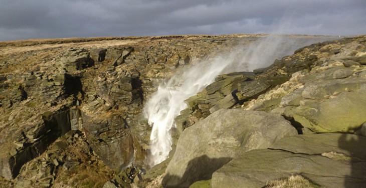 Случилось это неиз-за мистики, апод влиянием стихии— мощнейшего потока ветра. «Водопад наобор