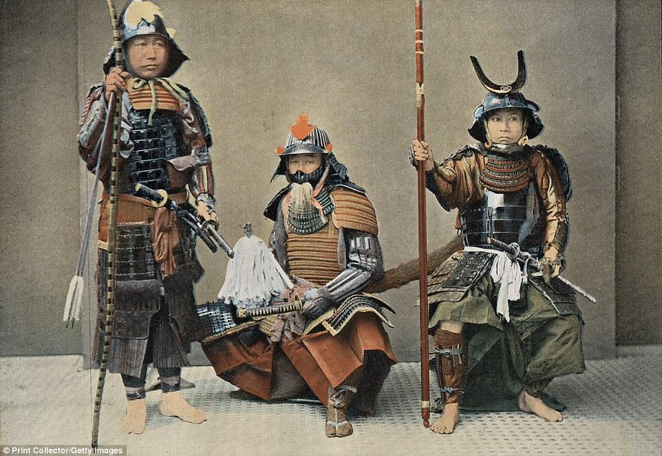 Группа самураев, около 1890 года. Иллюстрация к буклету «В Японии: типажи, костюмы и нравы». Термин