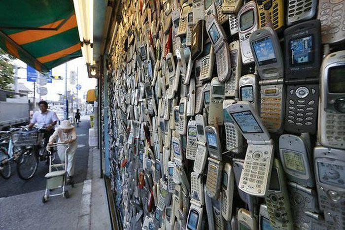 Памятник почившим мобильникам.