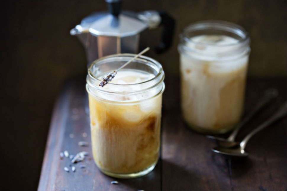 Холодный лавандовый раф-кофе Вам понадобятся: 100 мл сливок 11%-ной жирности 1,5 ч. л. молотого кофе