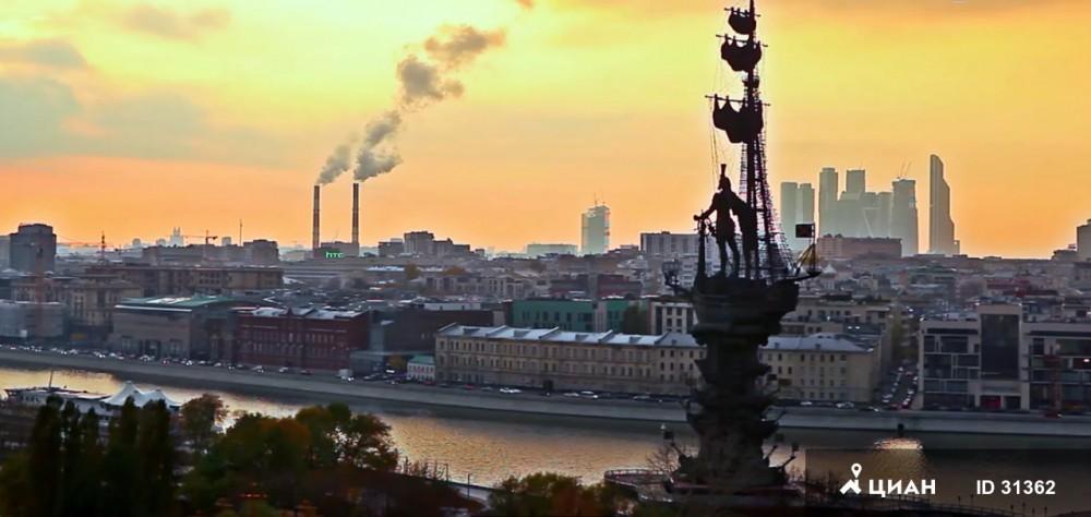 С террасы 160 квадратных метров открывается отличный вид на Москву.