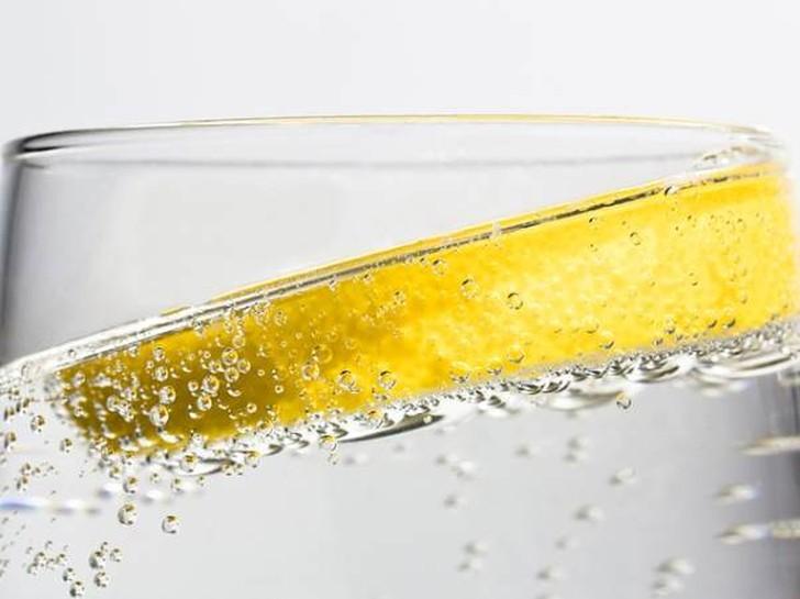 4. Лимонный тоник Данный фрукт является отличным тонизирующим средством. Можно сделать из него тоник