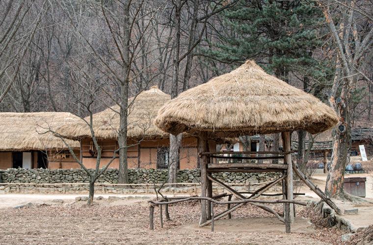 Деревня до мелочей воссоздана по образу средневекового поселения: дома, надворные постройки, грядки,