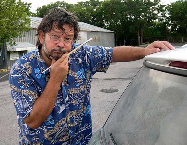 Пыльная работа: художник пишет крутые картины на грязных стеклах машин