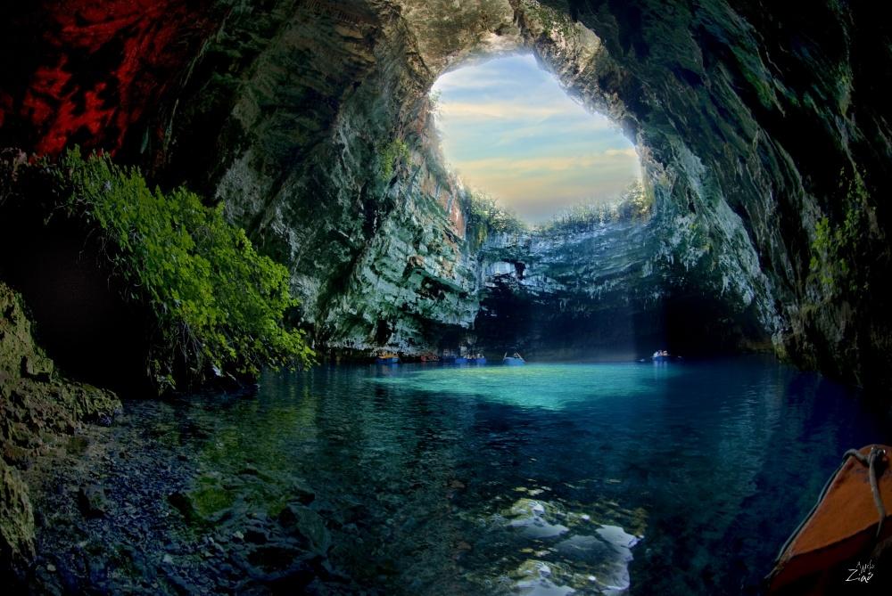 Согласно греческой мифологии, нимфы населяли эту пещеру и заманивали в нее людей своей красотой. Но