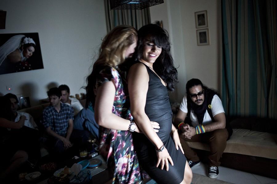 4. Подвыпившие девушки наслаждаются вечеринкой. Хотя не состоящим в родстве мужчинам и женщинам запр