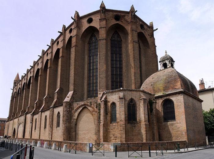 Церковь якобинцев — готическая постройка XIII века, которая, как и вся старая часть города, построен