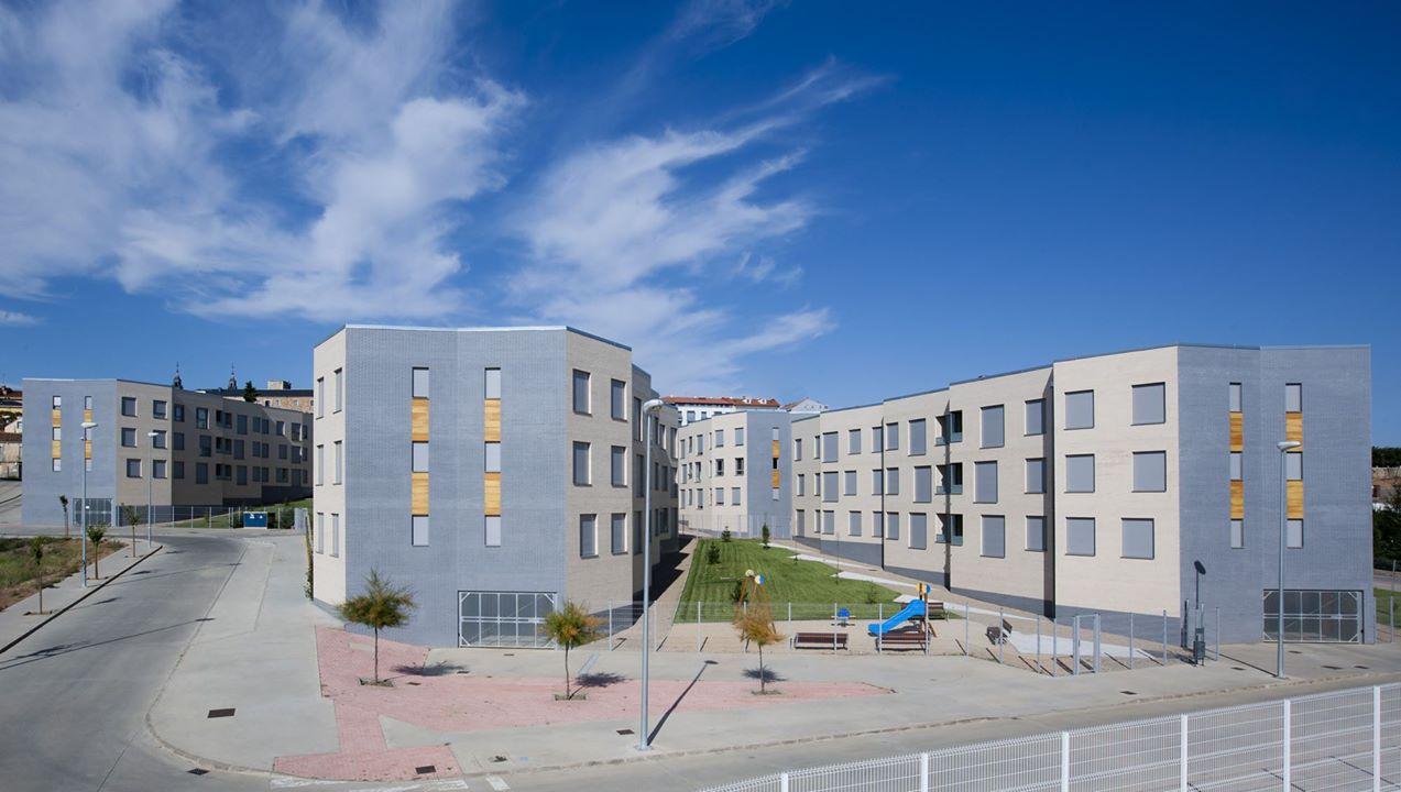 Социальное жилье редко строят высоким. Обычно это малоэтажные дома, но посаженные очень плотно. А од