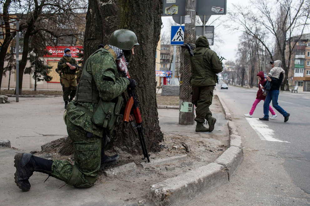 22. Повстанцы в Донецке, 18 марта 2015. (Фото Marko Djurica | Reuters):