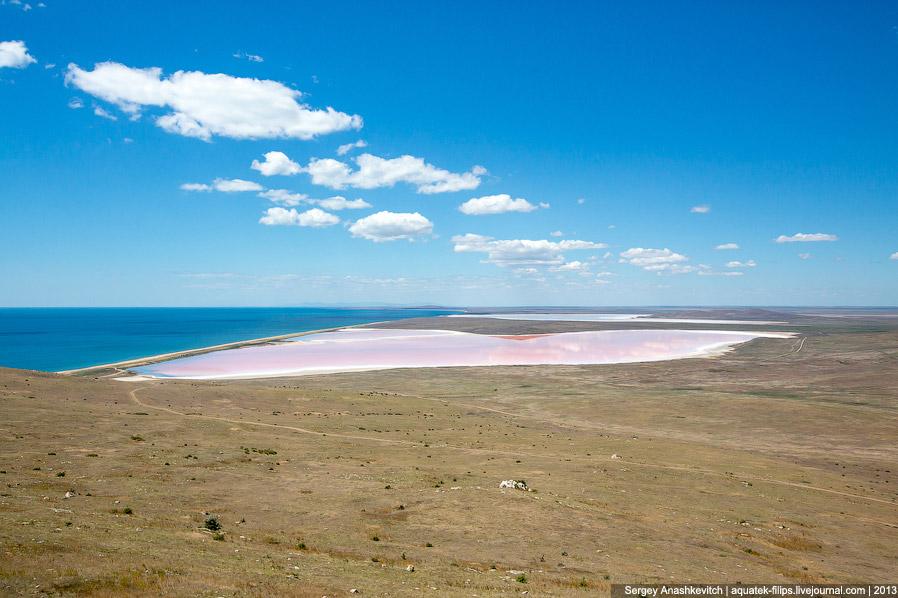 Полоска суши, отделяющая озеро от моря. Она называется Кояшской пересыпью, ее длина около 3 км,