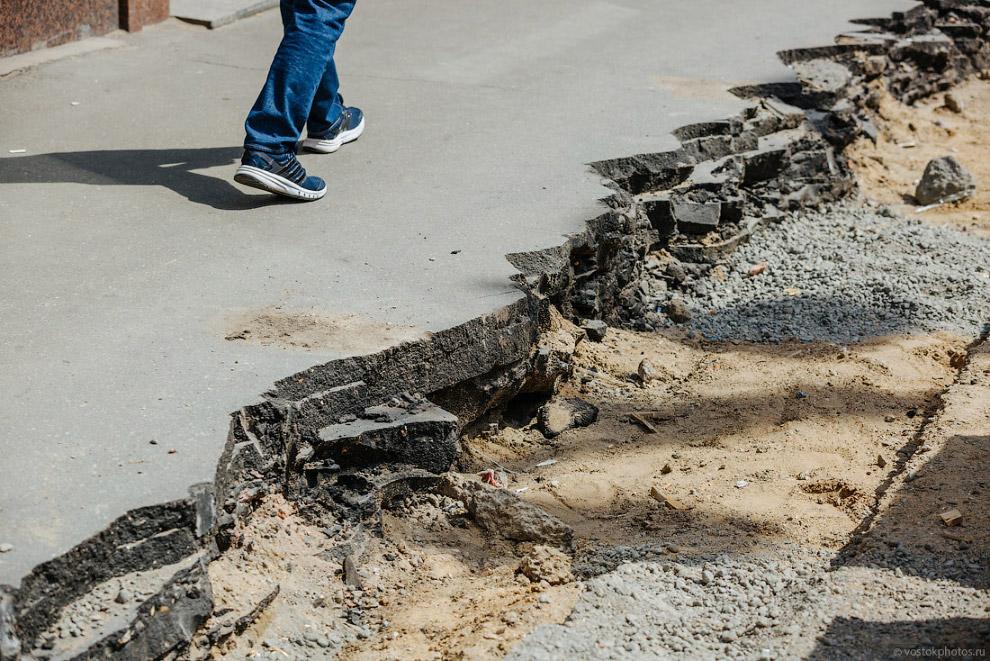 11. Несколько недель назад в районе Моховой улицы можно было наблюдать почти метровый слой асфа