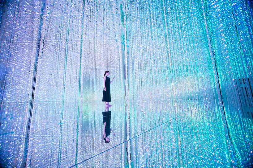 В помещении площадью 3000 кв метров установлен лабиринт со световыми проекторами. Прогуливаясь по не