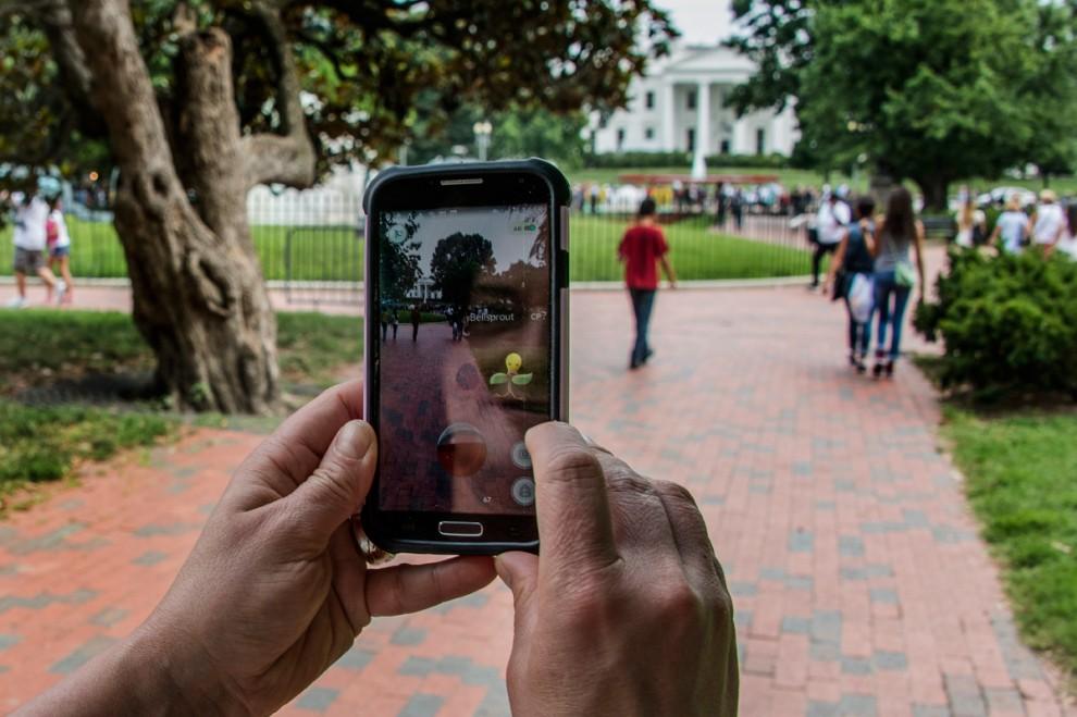 Мужчина в кепке «Тренер покемонов» играет в Pokemon Go в Брайант-парке в Нью-Йорке, США, 11 июля 201