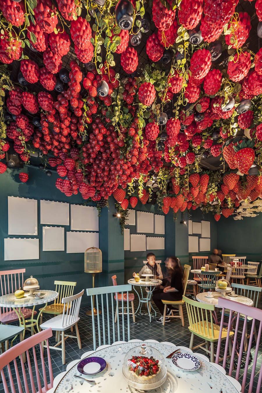 Ресторан десертов с ягодами на потолке в Барселоне