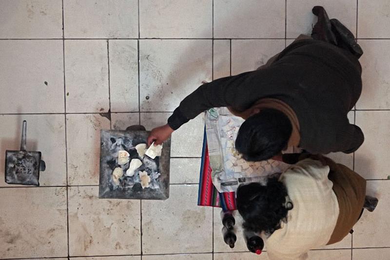5. Посредники совершают сложные индейские ритуалы сжигания .