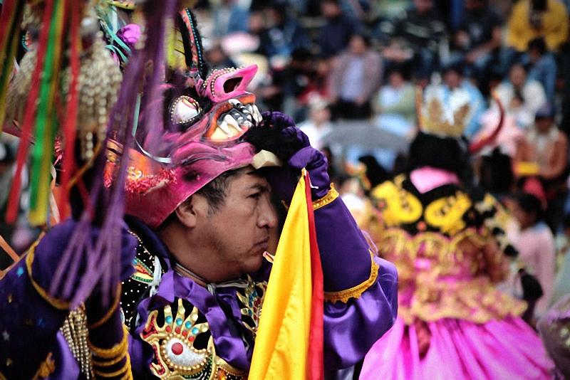 31. В короткие моменты отдыха танцоры предпочитают снимать маски.