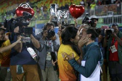 Волонтер Игр сделала предложение бразильской регбистке прямо наполе