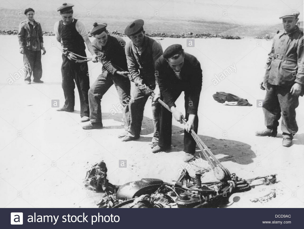 french-prisoners-of-war-clean-up-the-beach-of-dunkirk-in-france-on-DCD9AC.jpg