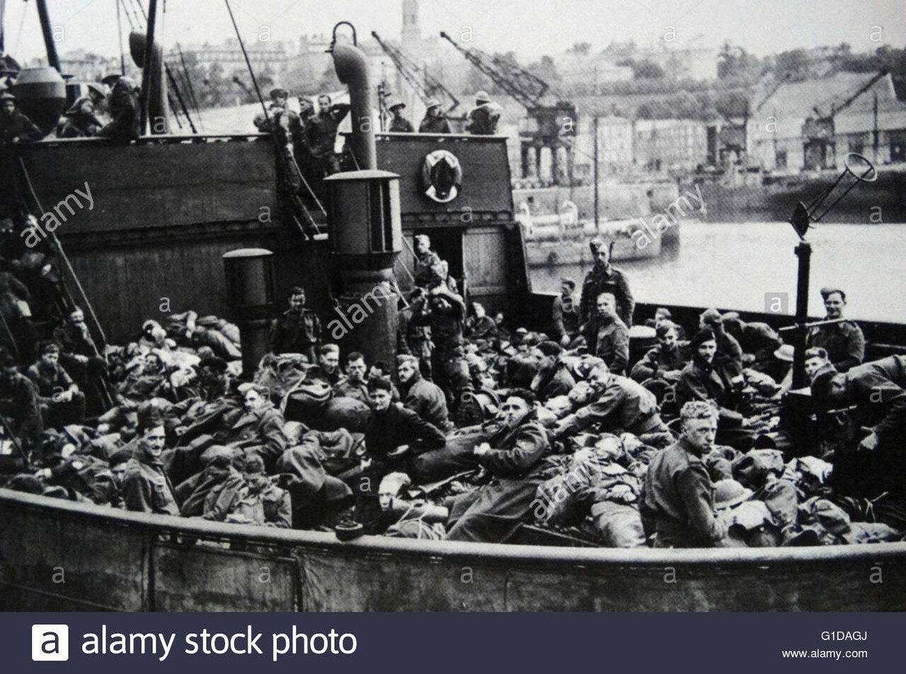 world-war-two-british-troops-evacuate-from-france-as-the-german-army-G1DAGJ.jpg