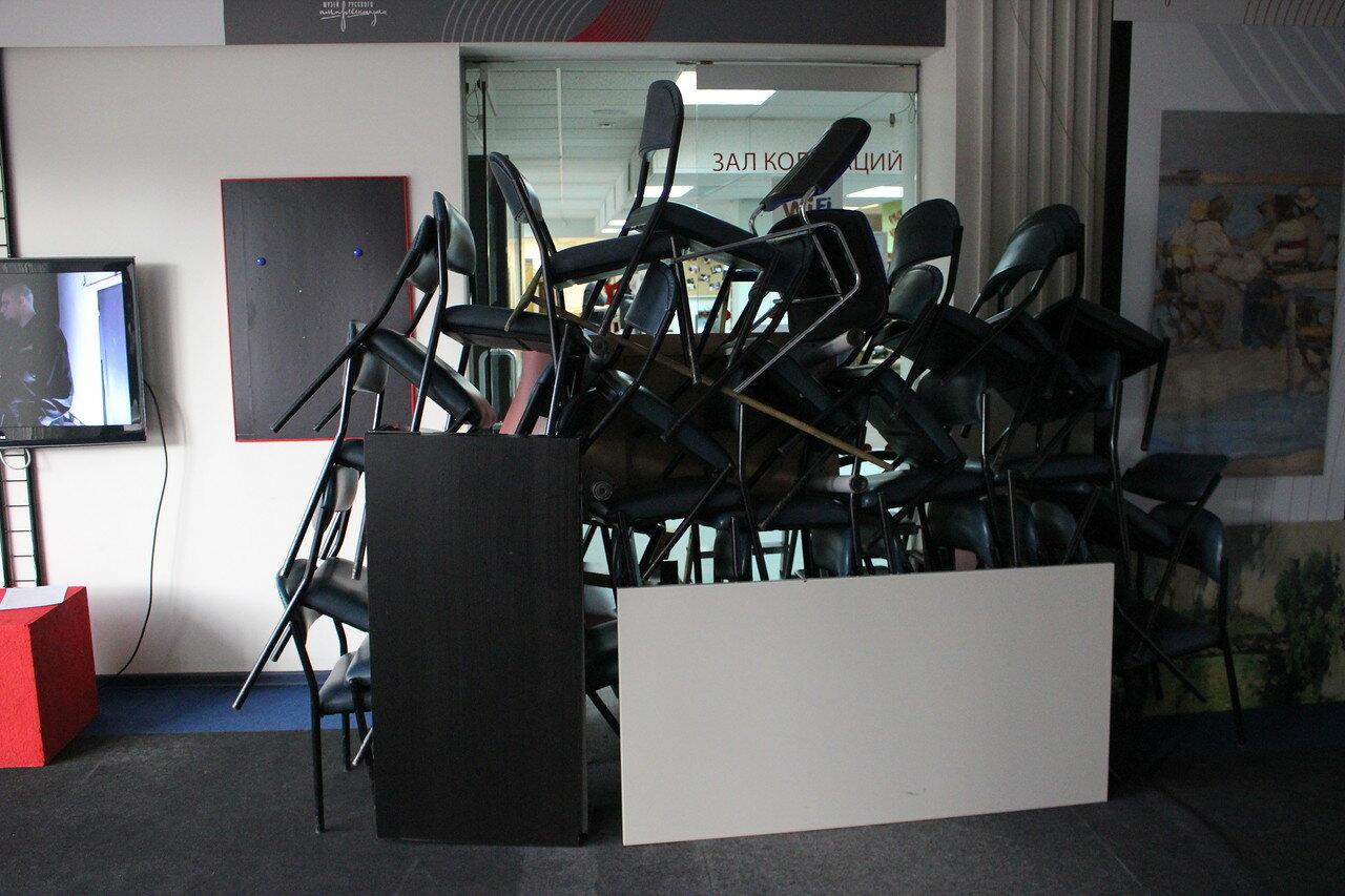 Баррикады на входе в выставочный зал