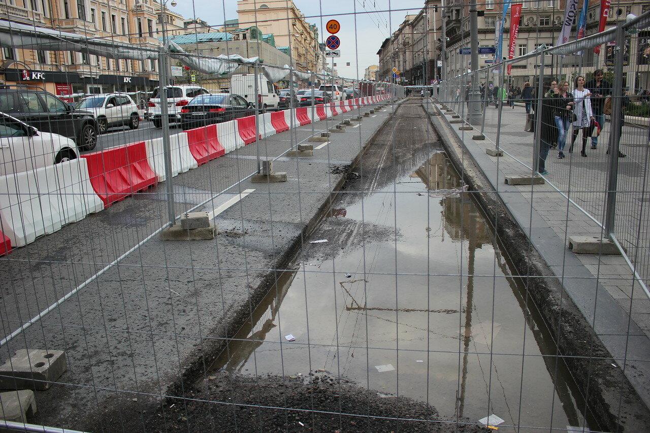 На Тверской улице меняют плитку