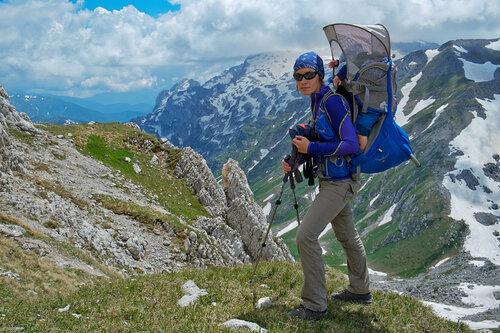Детский рюкзак-переноска Osprey Poco Plus. Поход в Лагонаки с ребенком 11 месяцев. На заднем плане Фишт-Оштеновский перевал
