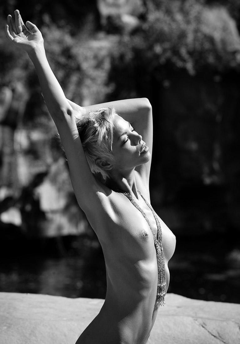 красивая голая девушка на берегу озера - Частные моменты / Private Moments by Martin Wieland