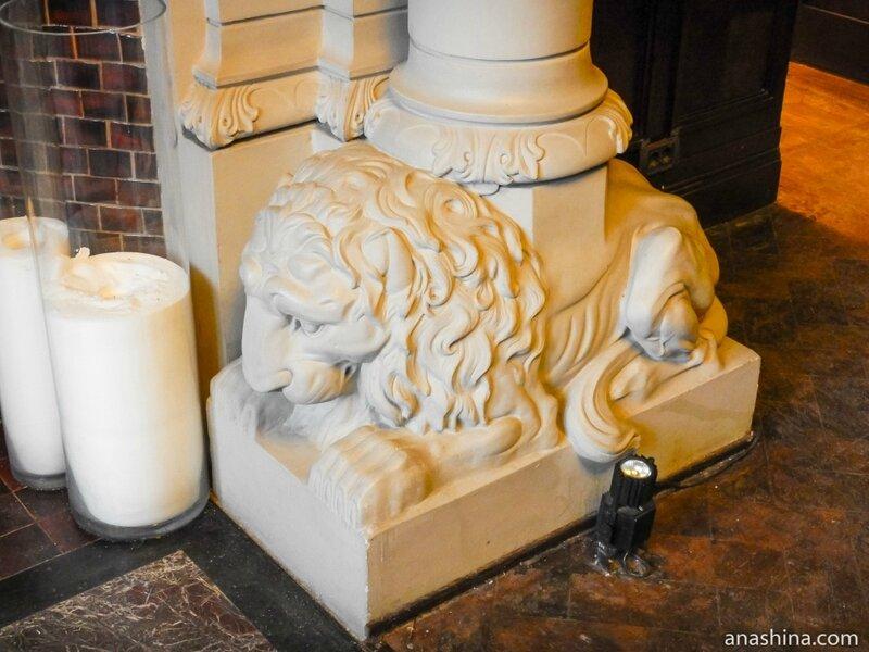 Лев в основании колонны камина в Романском зале, дом Смирнова