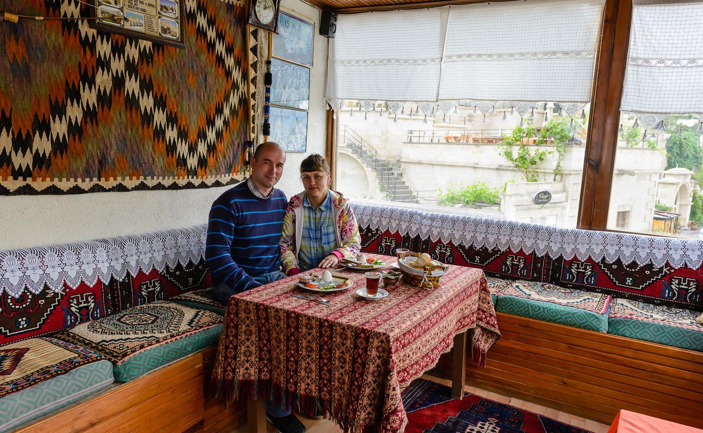 Фото 4. Завтрак в гостинице Melek Cave Hotel. Россияне в Турции. Фотографировал нас хозяин отеля. 1/200, +0.33, 6.3, 640, 24.