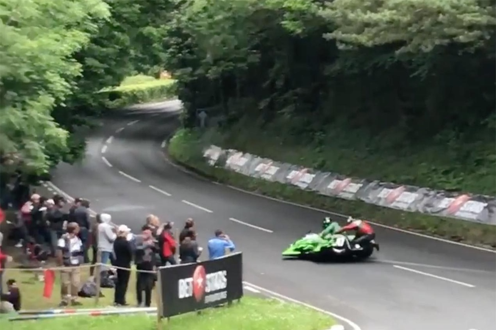 Sidecar TT 2017: авария на повороте Рэмси (видео)