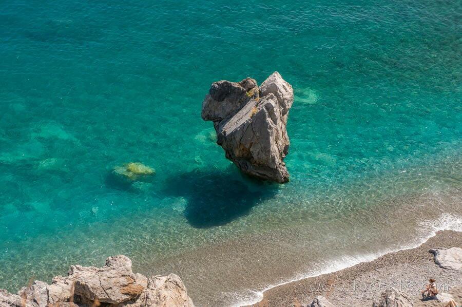 Знаменитый камень-сердце на пляже Превели
