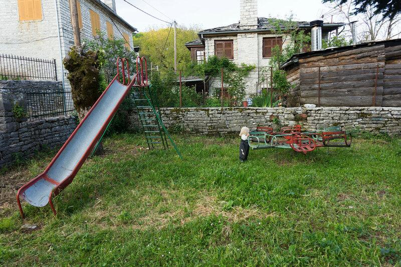 детская площадка в деревне Коукоули
