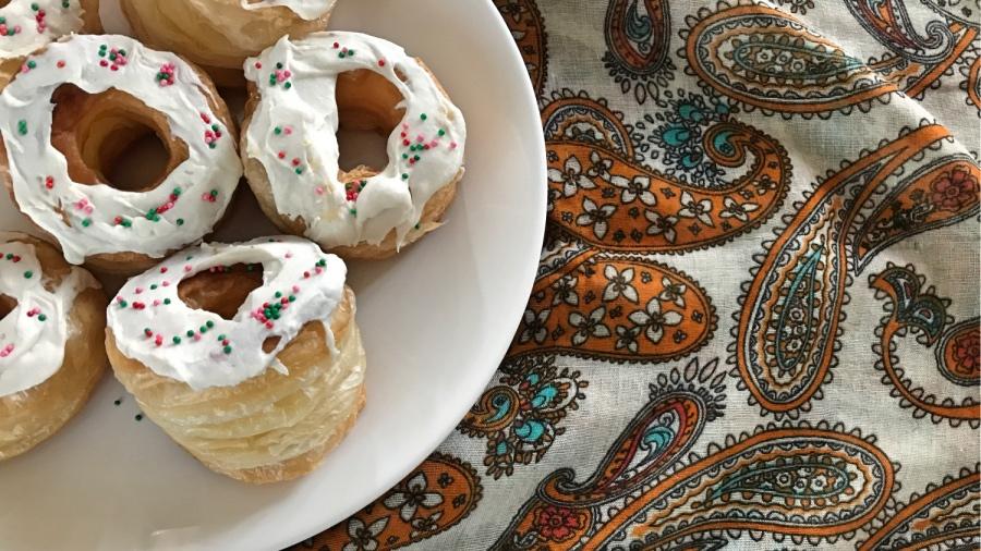 Быстрые пончики из слоёного теста