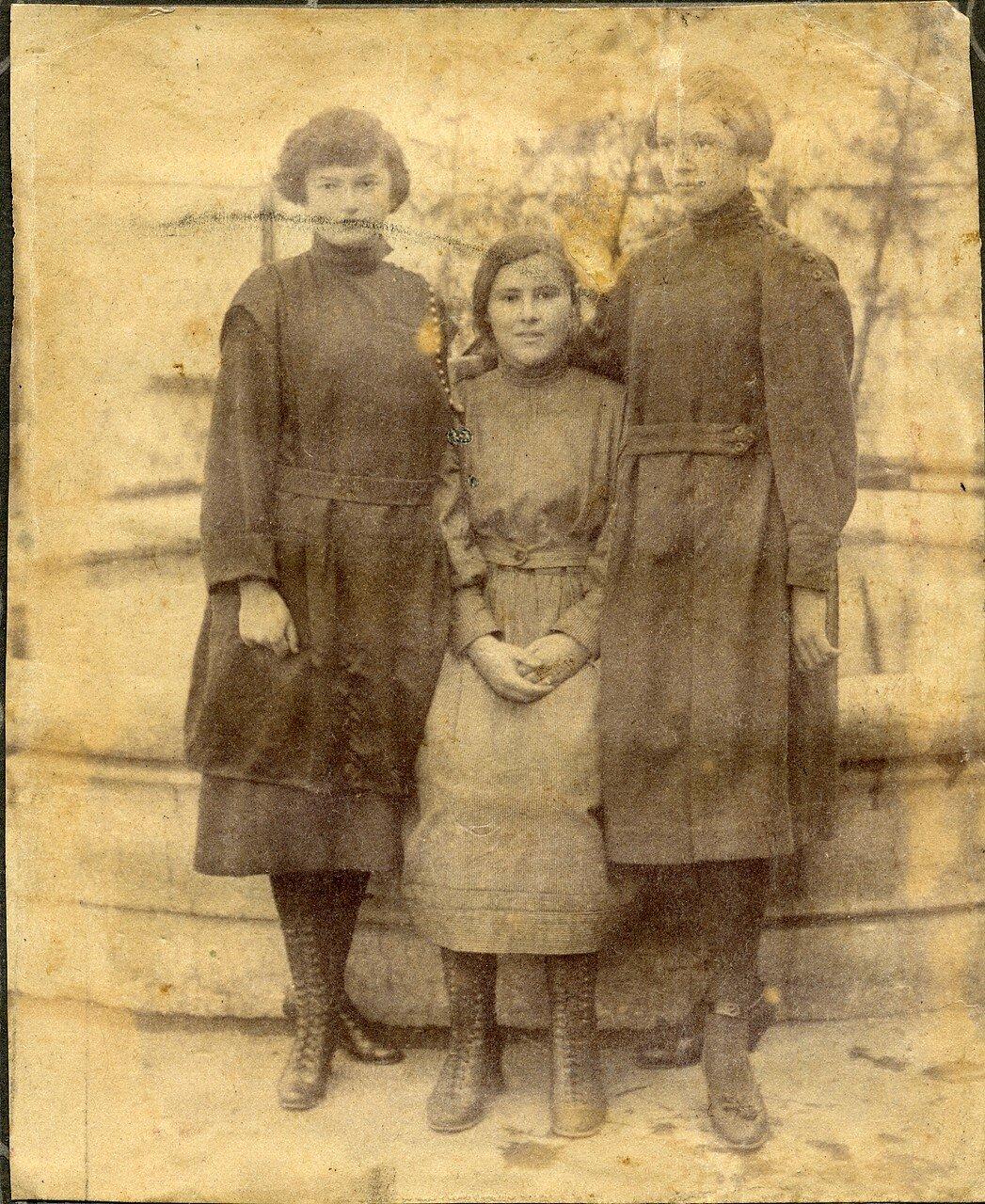 1922. Берта Лясс со школьными подружками