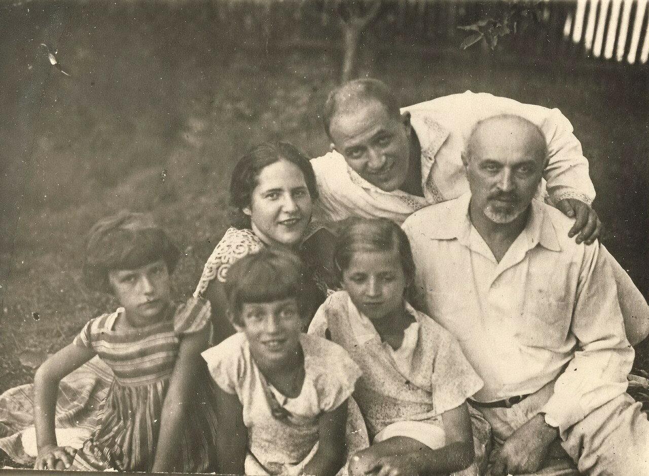 1935.  Самуил Лясс с женой Беллой, Ефремом Ильичем Липским и его дочерьми. Рыбинск
