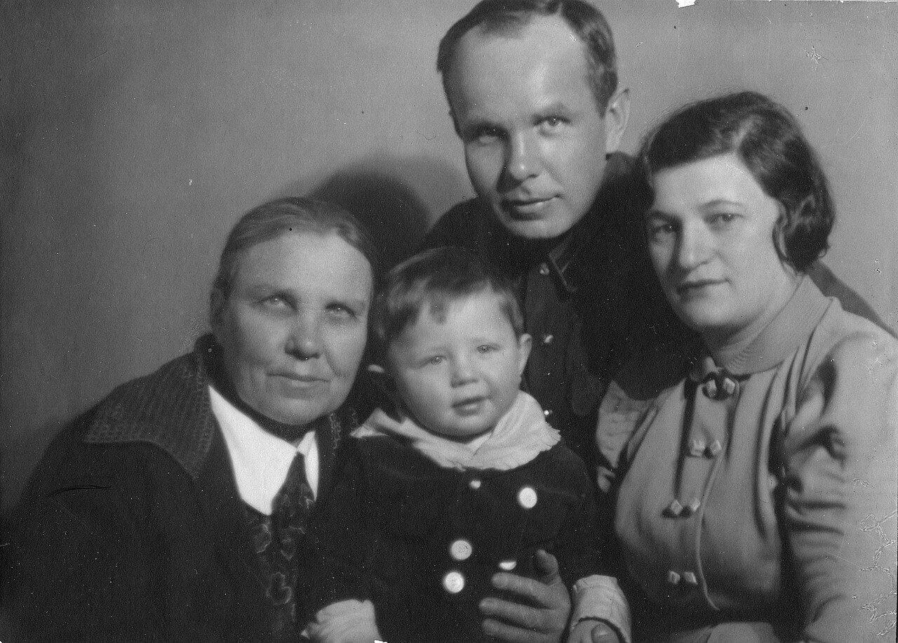 1937. Берта Лясс с мужем, вторым сыном и свекровью