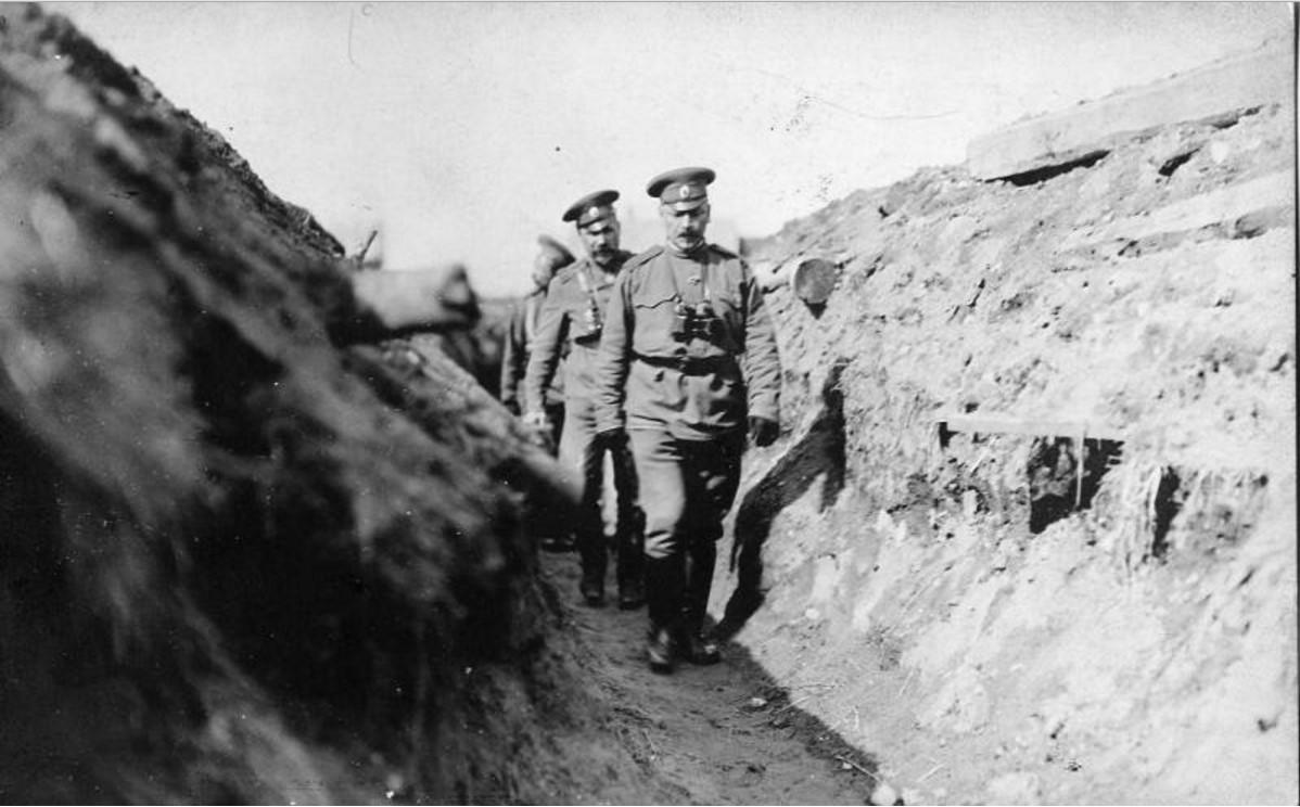 Офицеры-артиллеристы в окопе