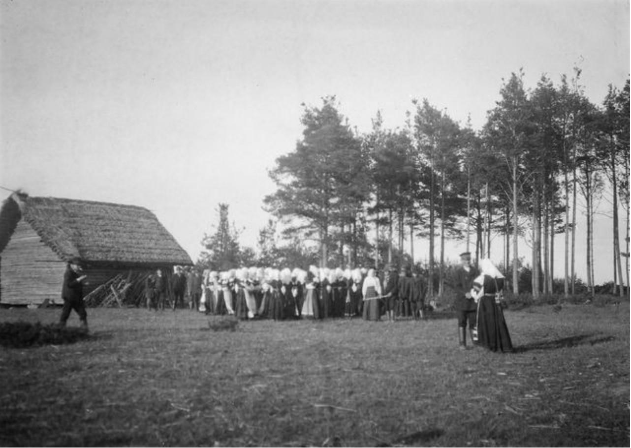 Молодежь играет на свадьбе