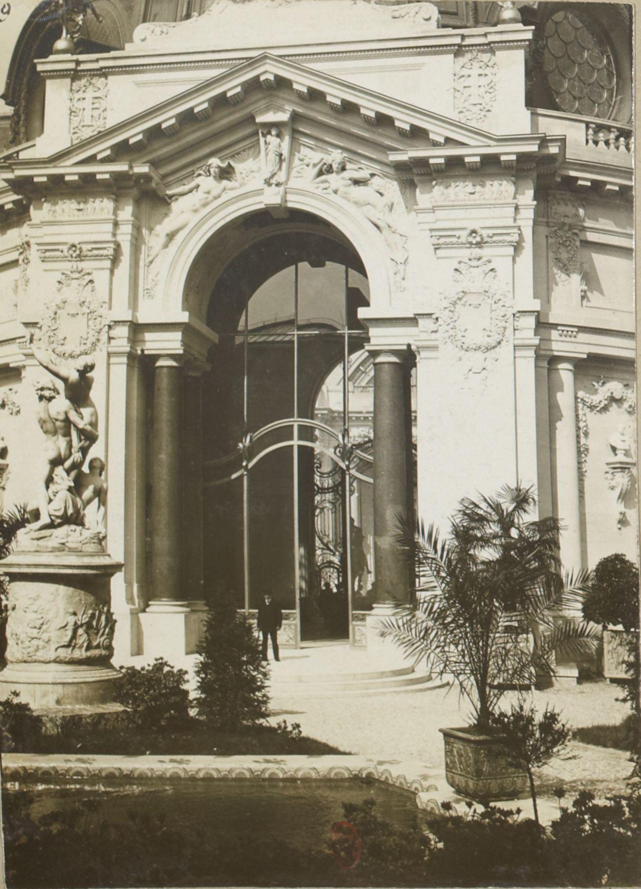 Двор у входа