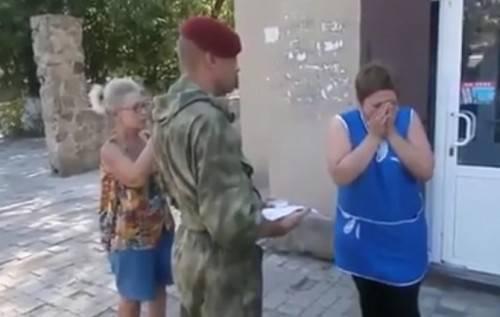 """""""Спасибо? Да не за что. Рожайте еще"""": Сеть взорвал ролик, в котором мать боевика получает """"похоронку"""", благодаря за это (видео)"""