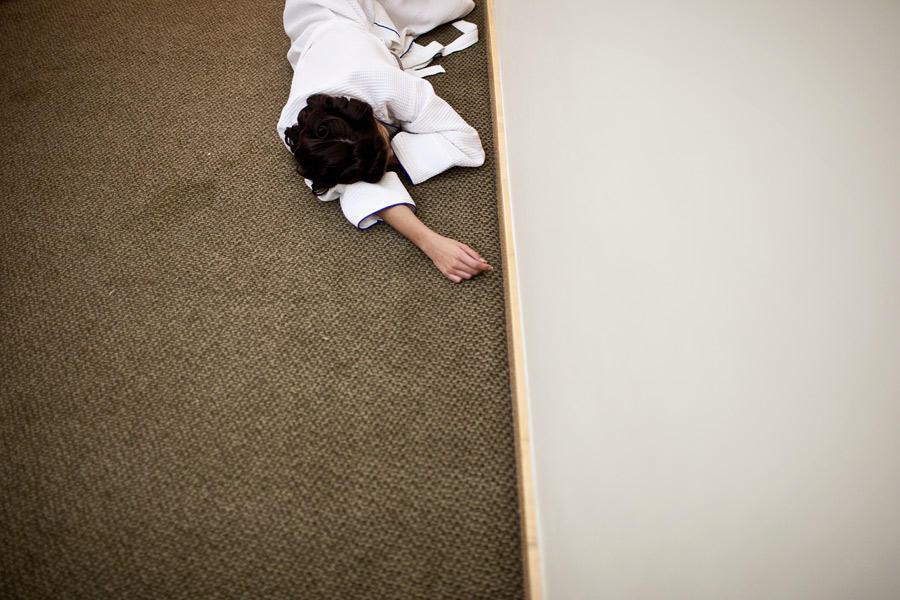 42. Уснула прямо в коридоре.