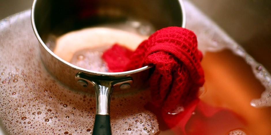 7. Порошок для мытья посуды Благодаря своей грубой структуре кофейная гуща отлично оттирает засохшую
