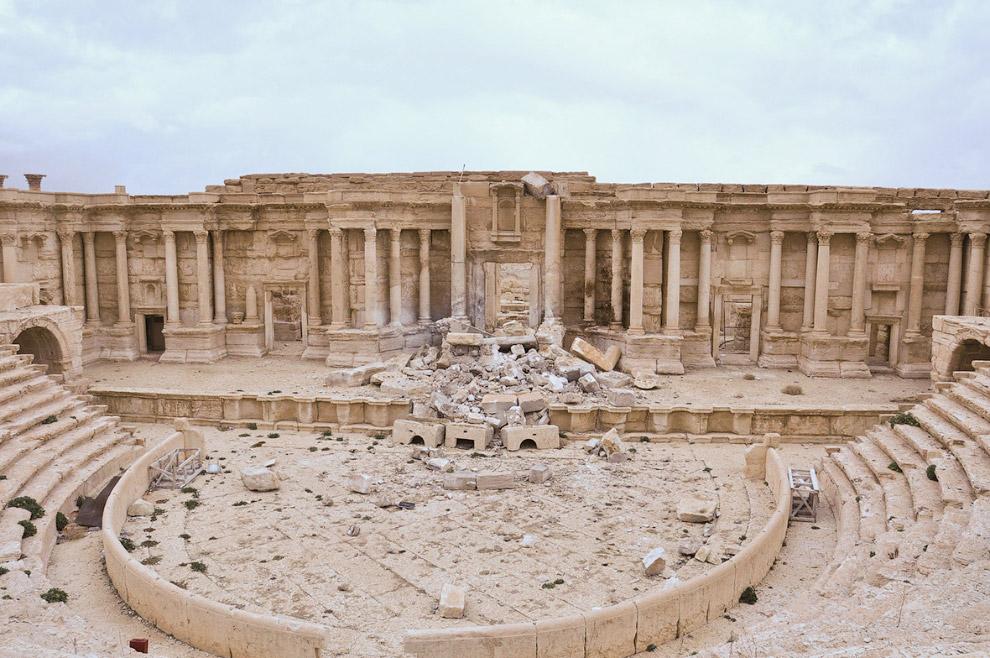 9. Для понимания: так выглядел античный тетрапилон в Пальмире раньше.