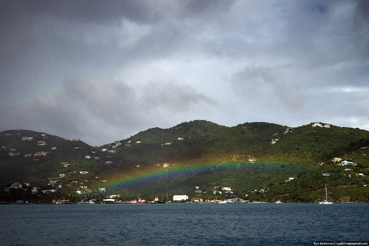 Острова все с крутым рельефом, на котором стоят домики. Живет на БВО 25 000 человек. Такая большая д
