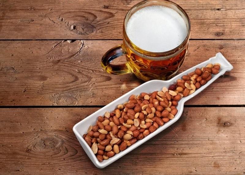 Речь идет о больших емкостях с орешками и чипсами, которые часто стоят на барной стойке в свободном