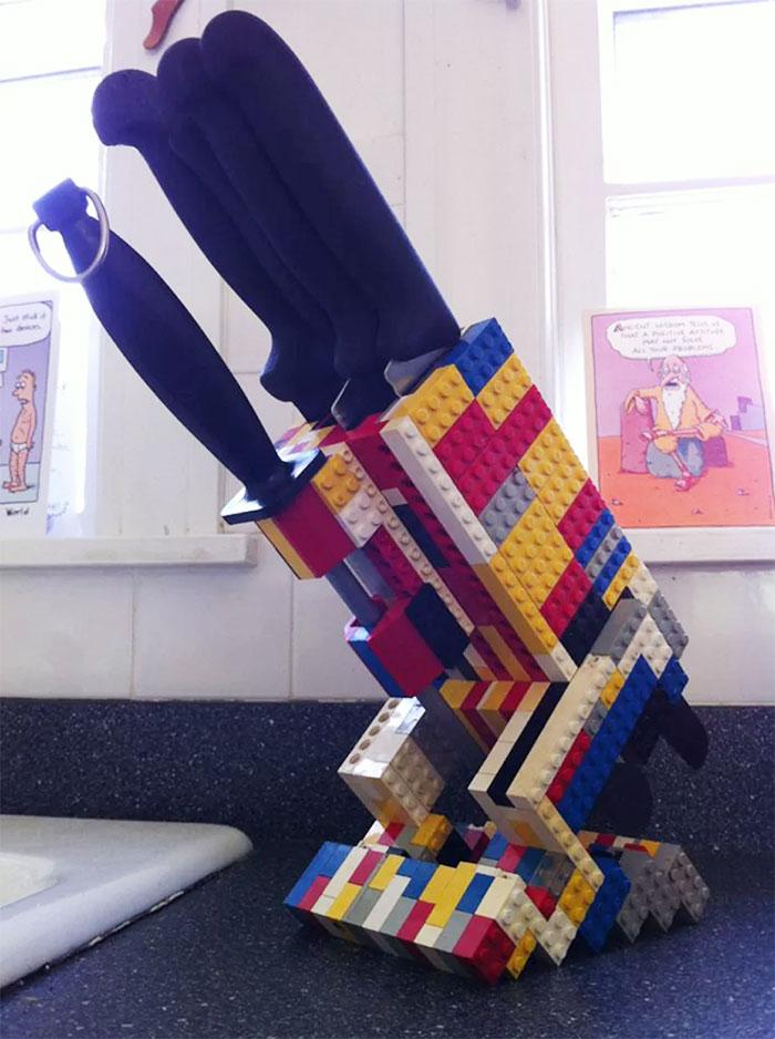Если надоело выуживать из ящика стола ножи, соорудите из Lego подставку для ножей.